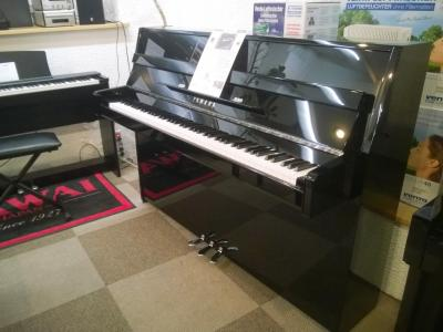 YAMAHA piano droit B1-PEC 110 cm finition noir brillant version  chromé