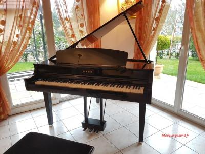 YAMAHA CLP695GP le piano numérique queue en finition noir brillant