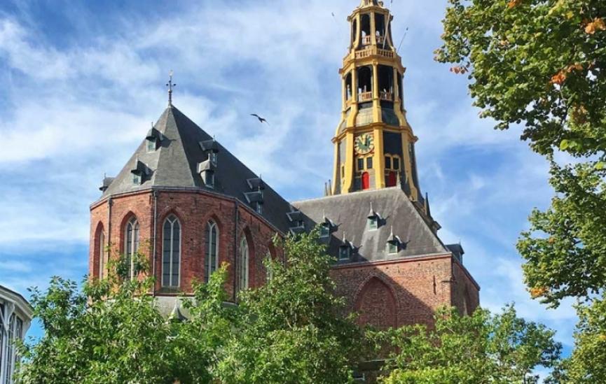 Der aa kerk met blauwe lucht groninken