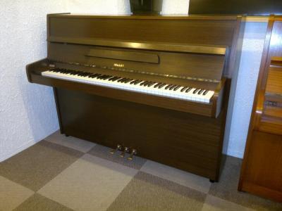 LOCATION d'un petit piano d'étude HELLAS Fabrication Pays-Bas