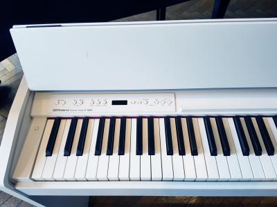 LOCATION d'un piano numérique  ROLAND F140 blanc