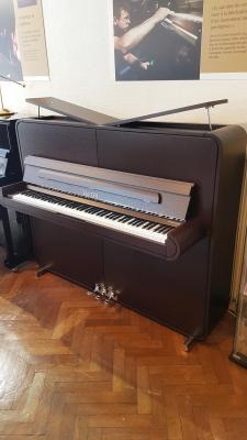 Piano neuf SAUTER 125-RONDO-WENGE Design Peter MALY  inclus banquette Rhapsodie (Disponible)