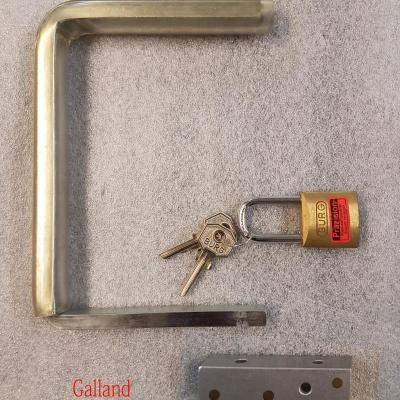 Fermeture métallique en U pour blocage d'un couvercle de piano