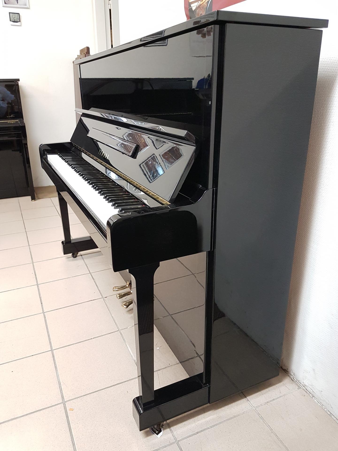 piano droit d 39 occasion yamaha u1 121 cm noir brillant 1987. Black Bedroom Furniture Sets. Home Design Ideas
