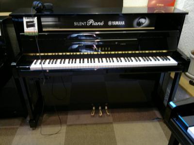 YAMAHA piano droit B2e-SG2-PE 113 cm  avec SILENT finition noir brillant