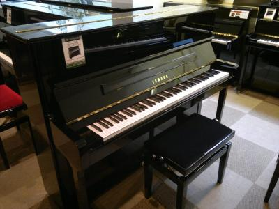 YAMAHA  piano droit P121-PE  finition noir brillant